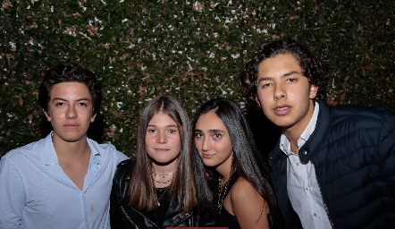 Diego Villalobos, María Paula Díaz, Sofía Flores y Jorge Armendáriz.