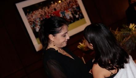 Adriana Calderón con su hija Sofía Toledo.