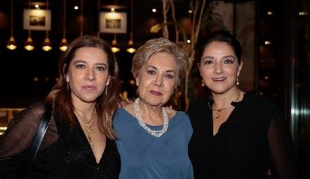 Daniela Calderón, Lourdes Aguiñaga y Adriana Calderón.