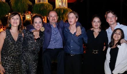 Ana, Claudia, Manuel, Santiago, Adriana, Manuel y Sofía Toledo.