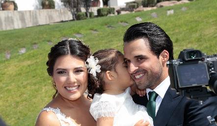 Diana Villanueva y Samuel Romo con su sobrina María.