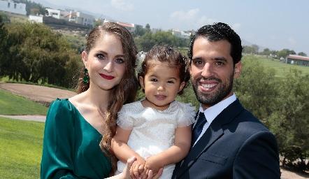 Ivonne Guajardo y Alejandro Romo con su hija María.