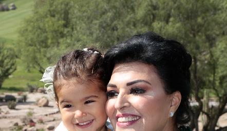 Diana Reyes de Romo con su nieta María.
