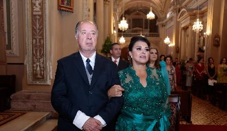 Samuel Romo de la Torre y Diana Reyes de Romo, papás del novio.