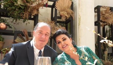 Samuel Romo y Diana Reyes, papás del novio.