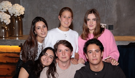 Marina Nieto, Isa Galván, Lorena de la Garza, Lorenza Gárate, Manuel Toledo y Roberto Silva.