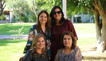 Marigel, Cynthia y Leticia Sánchez con su mamá María Eugenia Placencia.