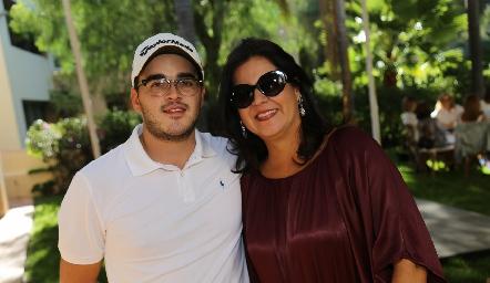 Eduardo Gómez con su mamá Cynthia Sánchez.