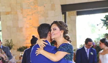 Kikis Fernández bailando el vals con su hijo Luis González.