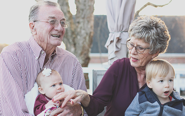 ¿Cómo hacer que nuestros abuelitos no se sientan solos en esta cuarentena?