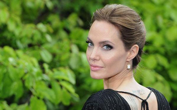 Angelina Jolie protege su piel con una rutina que también puedes seguir: su dermatóloga la revela