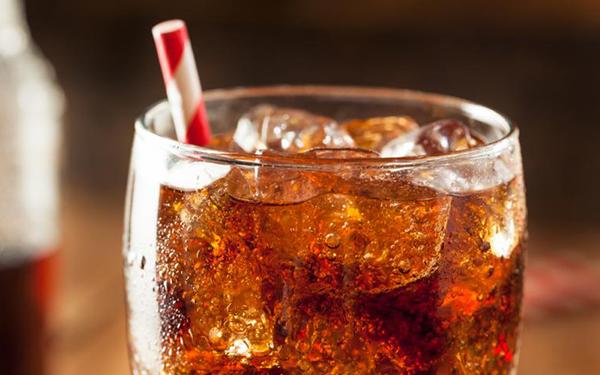 Bajar de peso, cuidar tus dientes y otras 7 razones por las que deberías evitar los refrescos (sí, incluso los de dieta)
