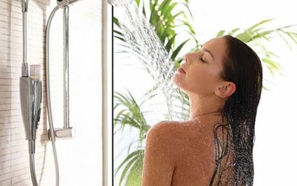 ¿Tomar duchas frías ayuda a bajar de peso? Esta es la explicación de los expertos