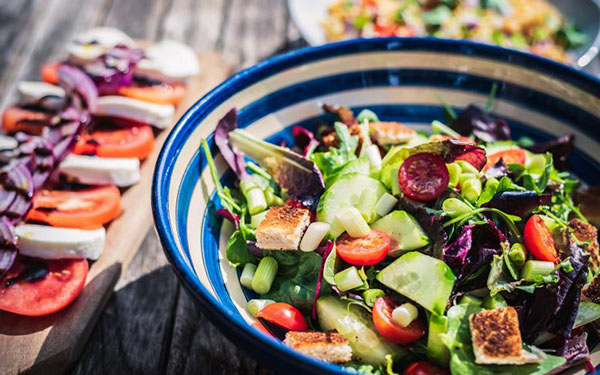 Los aderezos más ricos y sanos para ensaladas, según nutricionistas (porque no todo es aceite de oliva)