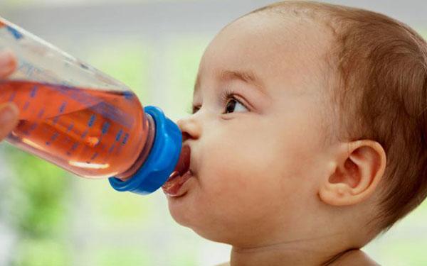 Una pediatra explica por qué no deberías darle jugos a tu bebé