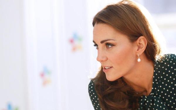 Kate Middleton combinó 2 de sus tendencias favoritas en un vestido de 400 dólares