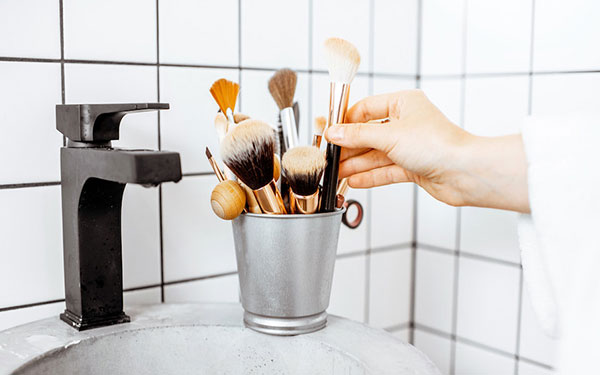 Cómo limpiar y desinfectar las brochas de maquillaje