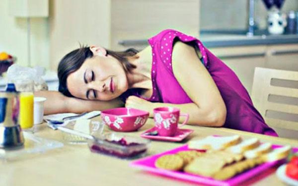 ¿Por qué da sueño después de comer?