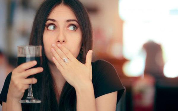 Conoce la forma correcta de sostener una copa de vino