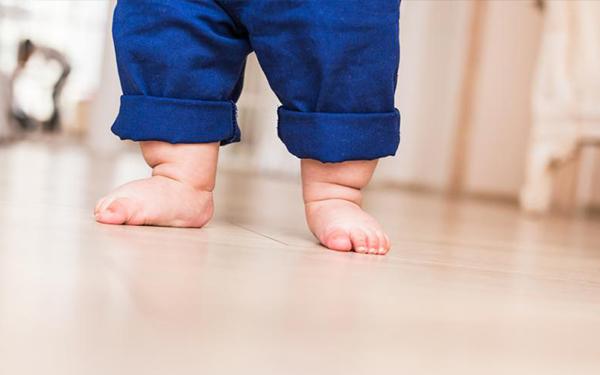 Tu bebé debería empezar a usar calzado más tarde de lo que crees, podóloga explica por qué